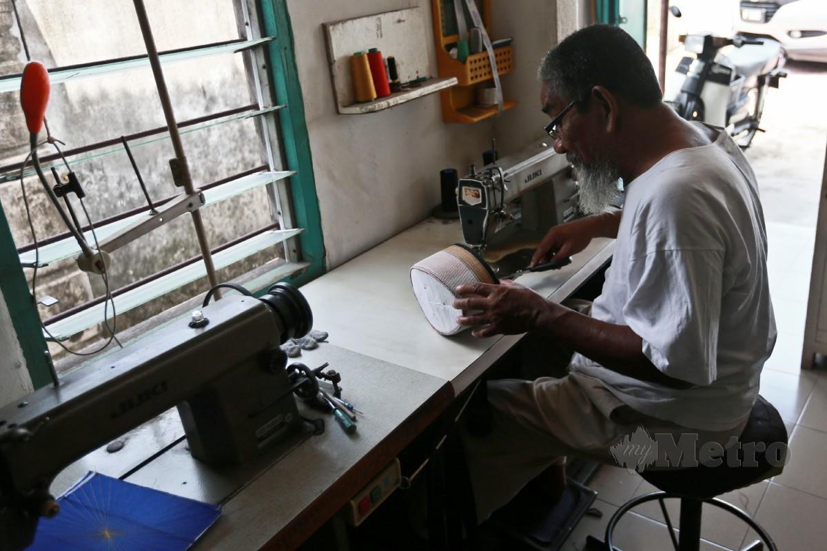 Adnan menerima tempahan daripada semua golongan pelanggan  selain kedatangan pelanggan baharu dengan harga songkok dijual bermula pada harga RM50 sehingga RM150 bergantung pada saiz dan jenis kain yang digunakan.  FOTO GHAZALI KORI