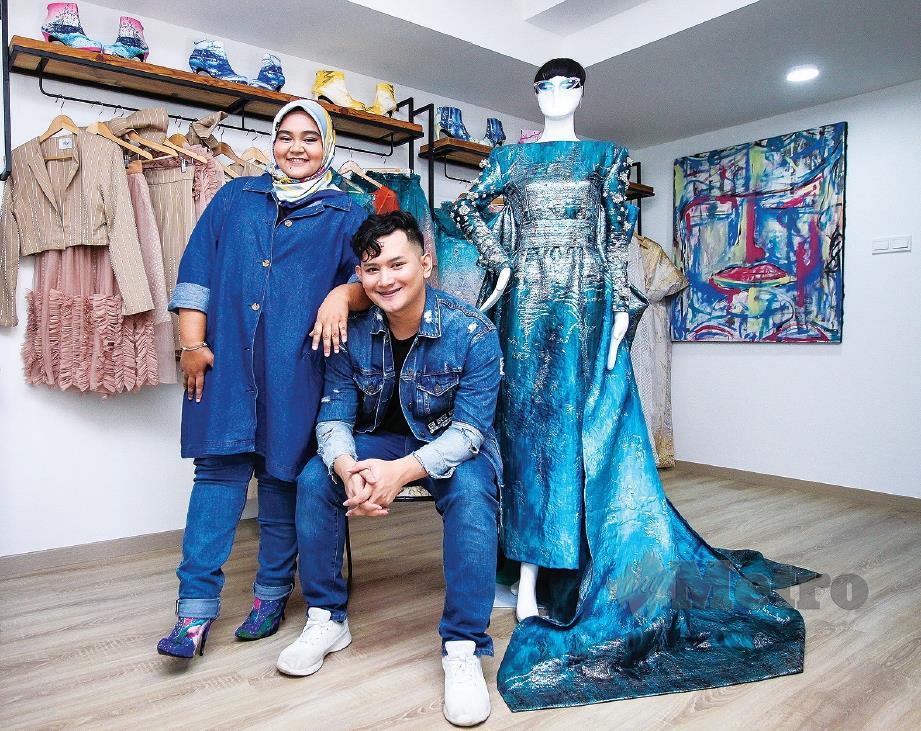 MARIAM (dari kiri) dan Hazzerwan pelapis dalam industri fesyen tempatan. FOTO Asyraf Hamzah