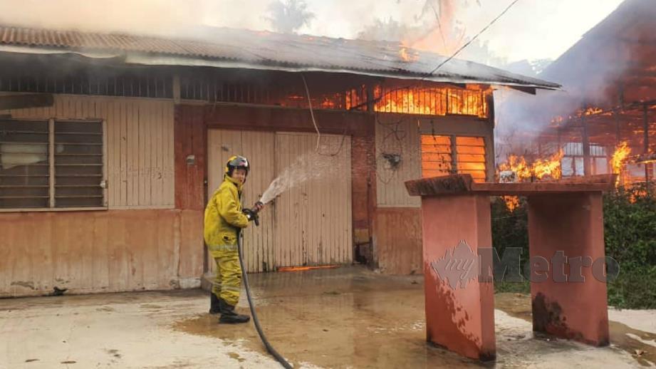 Kebakaran dua rumah yang menyebabkan seorang penghuninya melecur. FOTO Ihsan JBPM