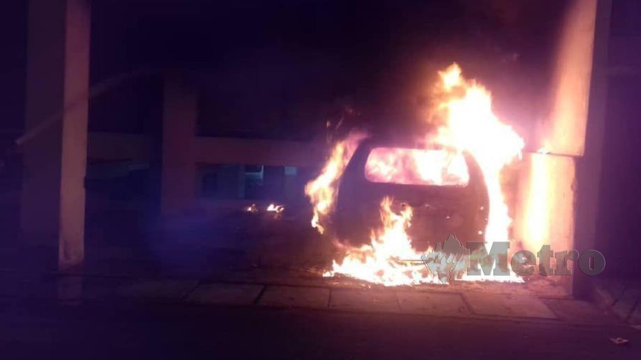 SEBUAH MPV turut terbakar dalam kebakaran awal pagi. FOTO Ihsan Bomba.