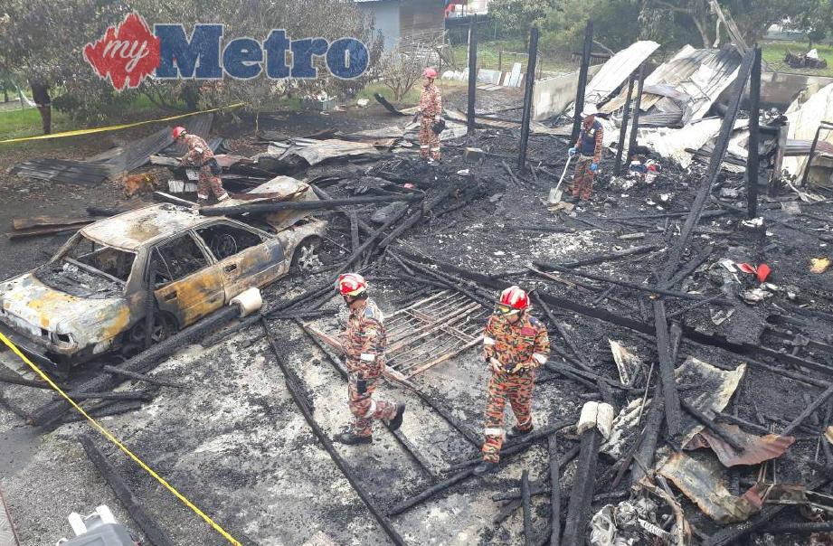 Anggota bomba menjalankan pemeriksaan di kawasan rumah mangsa yang terbakar. FOTO ihsan bomba