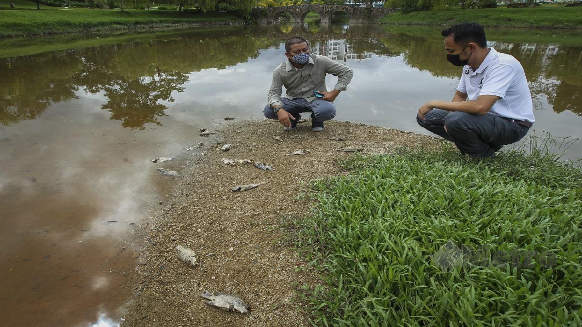 NORAZIZI A Aziz (kiri) dan Norhazman Abd Hadi (kanan) ketika meninjau kolam rekreasi Taman Bandar Senawang. FOTO AZRUL EDHAM MOHD AMINUDDIN
