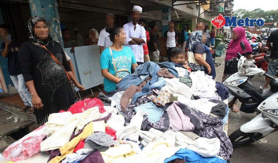 SEBAHAGIAN warga Myanmar yang berniaga di kaki lima di kawasan perumahan pangsapuri kos rendah, Taman Pandan Mewah, Ampang.