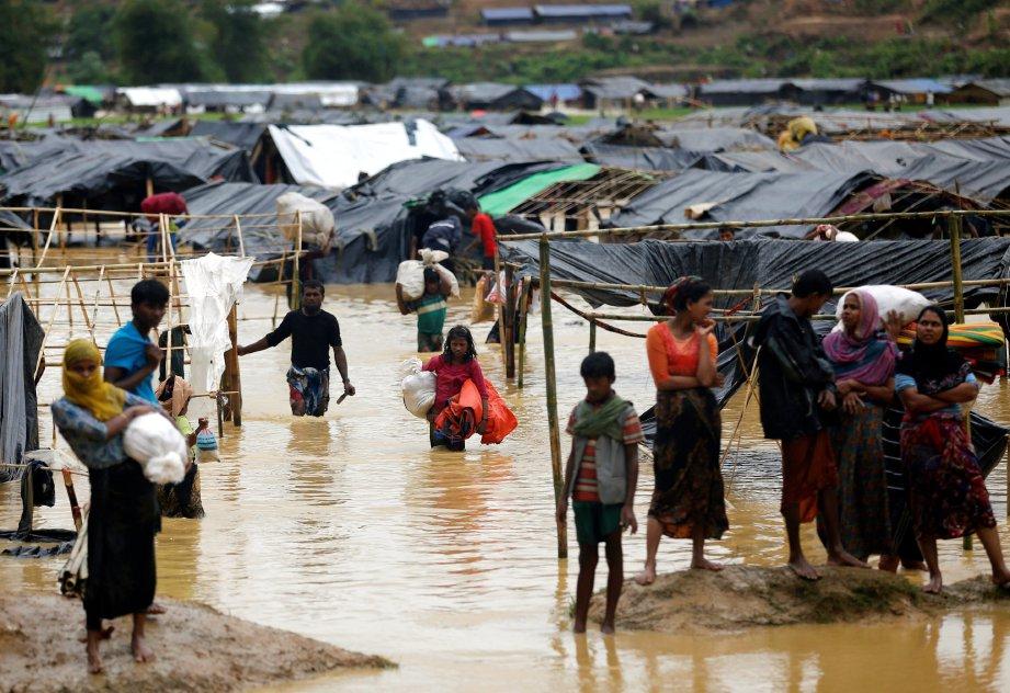 Kawasan khemah sementara pelarian Rohingya di Cox's Bazar dilanda banjir berikutan hujan lebat, hari ini. - Foto REUTERS