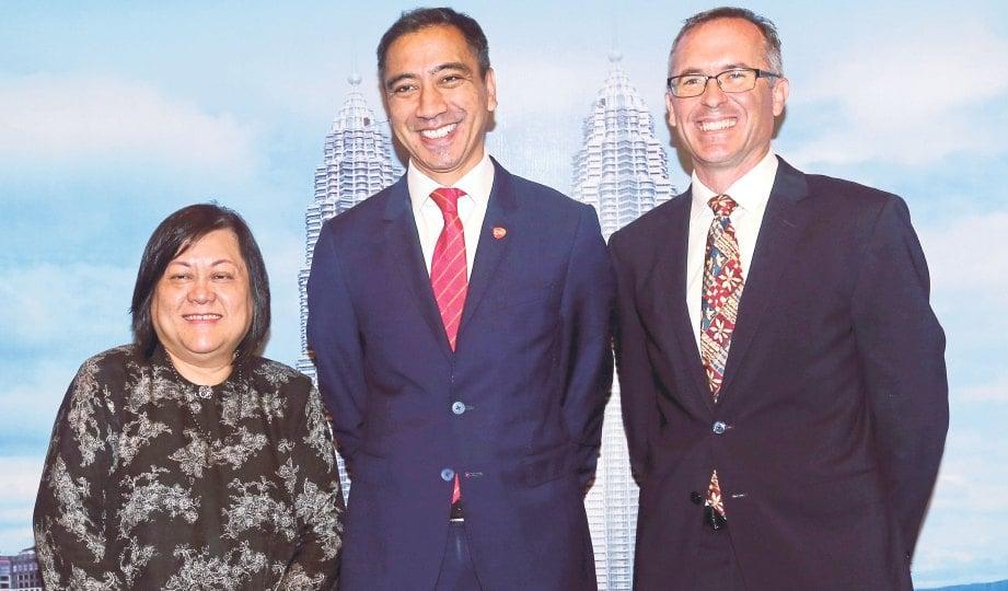 DARI kiri Dr Yasmin, Ramil dan Dr Rupert pada majlis pelancaran vaksin flu terkini.