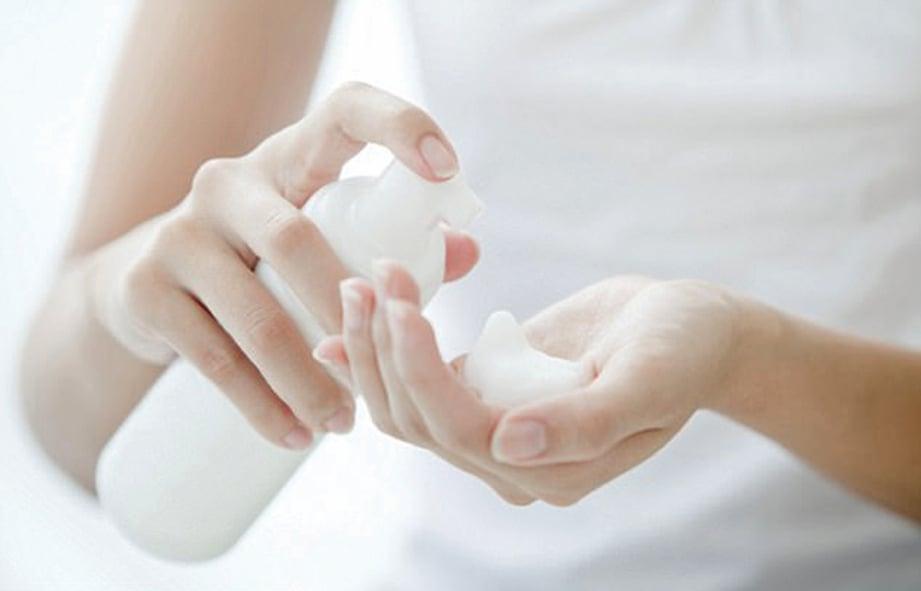 MENGGUNAKAN bahan  pencuci wanita yang tidak sesuai boleh memburukkan lagi masalah keputihan. - FOTO Google