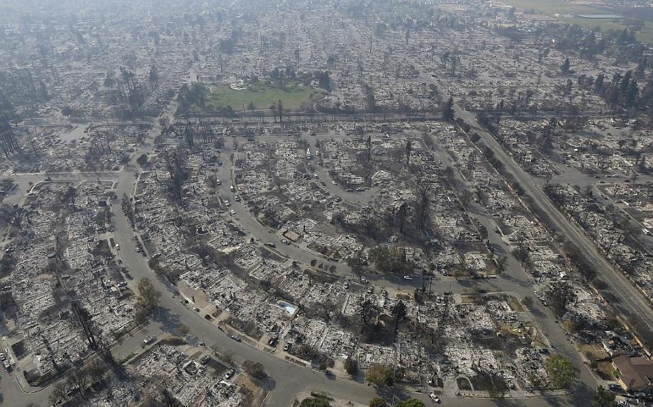 Pandangan dari udara kawasan perumahan yang musnah di California. - Foto Agensi