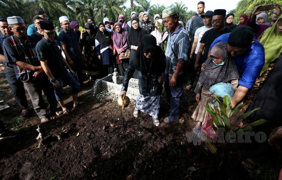 NUR Dinie Damia dikebumikan di Tanah Perkuburan Islam Parit Haji Sirat Darat, Kayu Ara Pasong,Pontian. FOTO MOHD AZREN JAMALUDIN