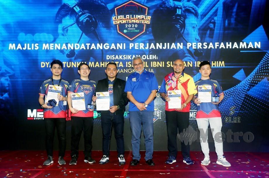 KHALID Samad bersama Dr Hasnul Faizal Hushin (dua dari kanan) dan Presiden ESKL, Hisham Darus (tiga dari kiri) bergambar bersama atlet E-Sport Kuala Lumpur di majlis pelancaran Kuala Lumpur Esports Masters 2020 di Putrajaya. FOTO MOHD FADLI HAMZAH