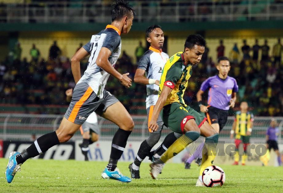 BADDROL Bakhtiar (kanan) diasak oleh PKNP FC, Filemon Anyie Standly (kiri) pada saingan suku akhir kedua Piala Malaysia di Stadium Darul Aman. FOTO AMRAN HAMID