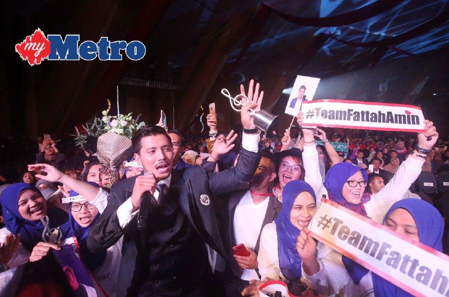 Bintang Paling Popular ,Fattah Amin bersama peminat pada kemuncak tiga dekad Anugerah Bintang ABPBH 3.0 di Pusat Konvensyen Antarabangsa Putrajaya (PICC) . FOTO NUR ADIBAH MOHD IZAM
