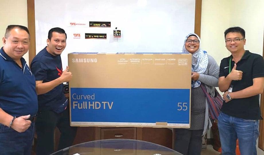 ZARINA dan Mohd Abdul Rahim (dua dari kiri) menang televisyen anjuran pasar raya.
