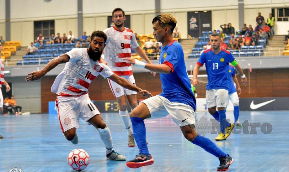 Pemain negara, Ridzwan dicabar Christopher Cawa pada aksi futsal persahabatan. FOTO Ihsan FAM