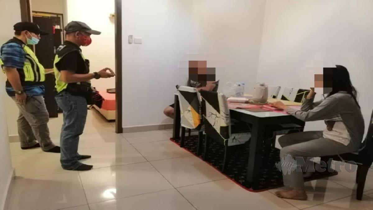 Anggota penguat kuasa PADK mengambil keterangan pasangan yang ditahan kerana disyaki berkhalwat di sebuah rumah di Taman Wangi, Padang Serai dekat Kulim pagi hari ini. Foto Ihsan PADK