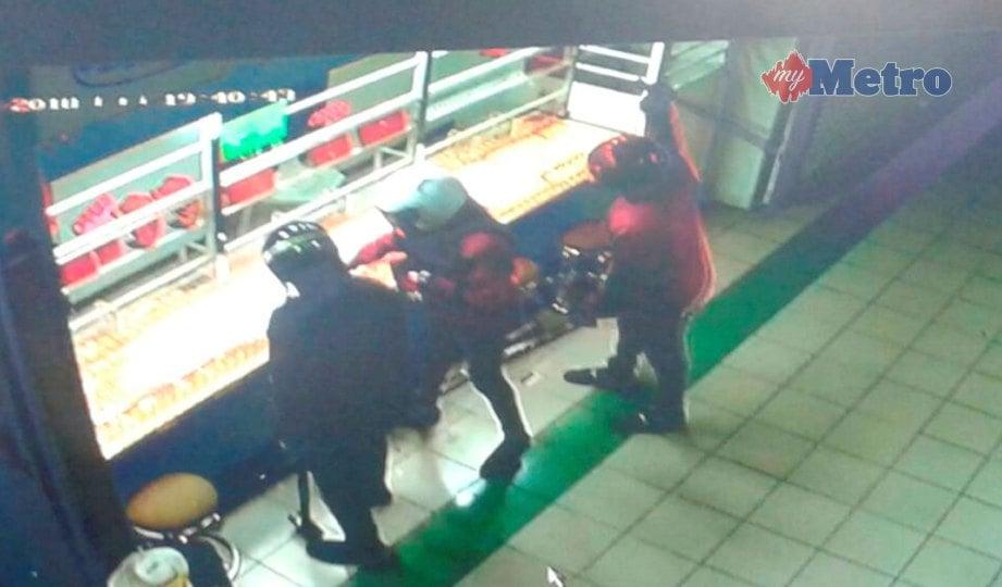 TIGA suspek gagal memecahkan cermin pameran kedai emas di Taman Putri, Kulai, semalam. FOTO Ihsan PDRM
