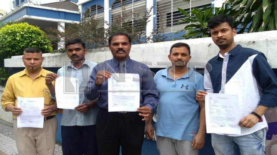 KAMALANATHAN (tengah) bersama empat pekerja warga India menunjukkan laporan polis yang dibuat, semalam. FOTO Ihsan HUMANITY