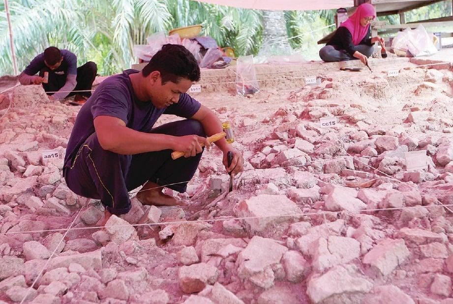 PEKERJA ekskavasi tidak memakai kasut atau selipar untuk mengelakkan kerosakan artifak.