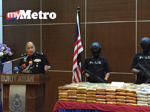 Mohd Mokhtar pada sidang media rampasan 1.2 tan ganja, petang tadi. FOTO Nabihah Kamal