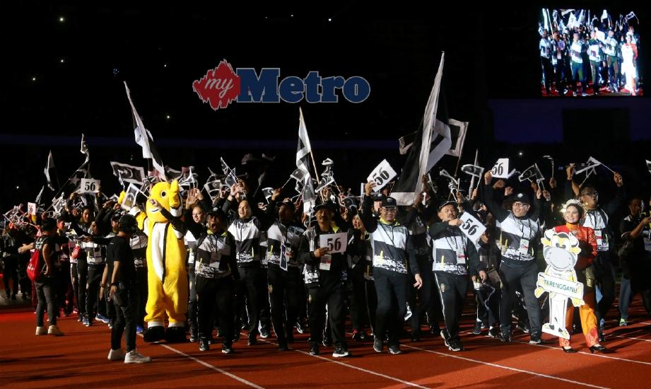 ATLET Terengganu berarak ke dalam Stadium Perak pada Upacara Penutupan SUKMA Perak 2018, malam tadi sambil memegang kertas tertera 56 iaitu jumlah pingat emas dimenangi mereka untuk muncul juara. FOTO Abdullah Yusof
