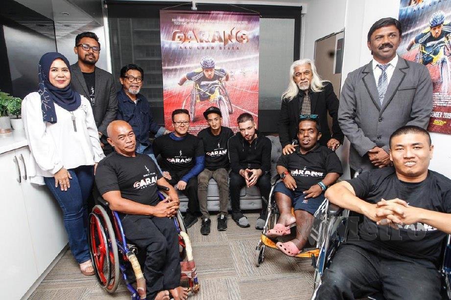 OSMAN (paling kanan) serta Dakshina (dua dari kanan) bersama barisan pelakon filem Garang. FOTO SYARAFIQ ABD SAMAD