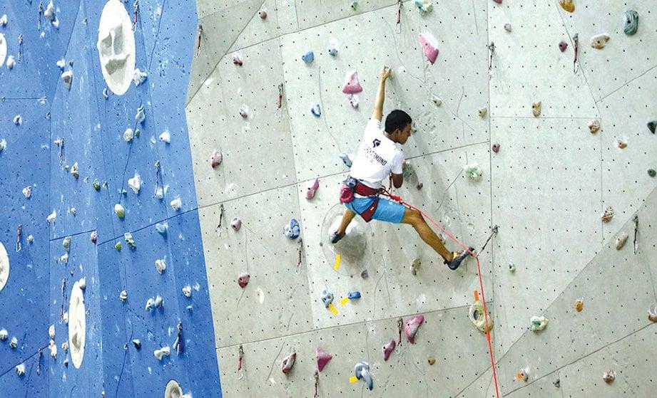 PENDAKI melakukan aktiviti 'lead climbing'.