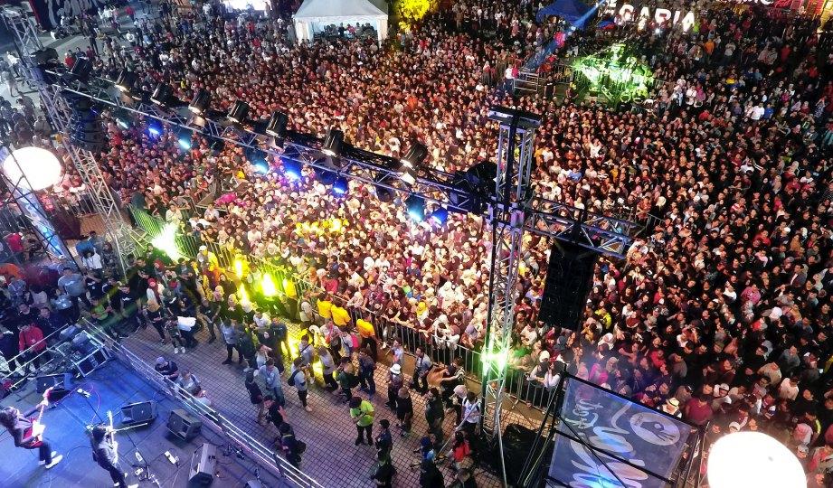 RIBUAN pengunjung membanjiri tapak konsert Gegaria.