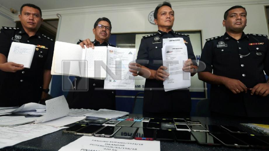 Dzulkhairi (dua dari kanan) ketika sidang media kes sindiket pinjaman tak wujud. FOTO Hairul Anuar Rahim