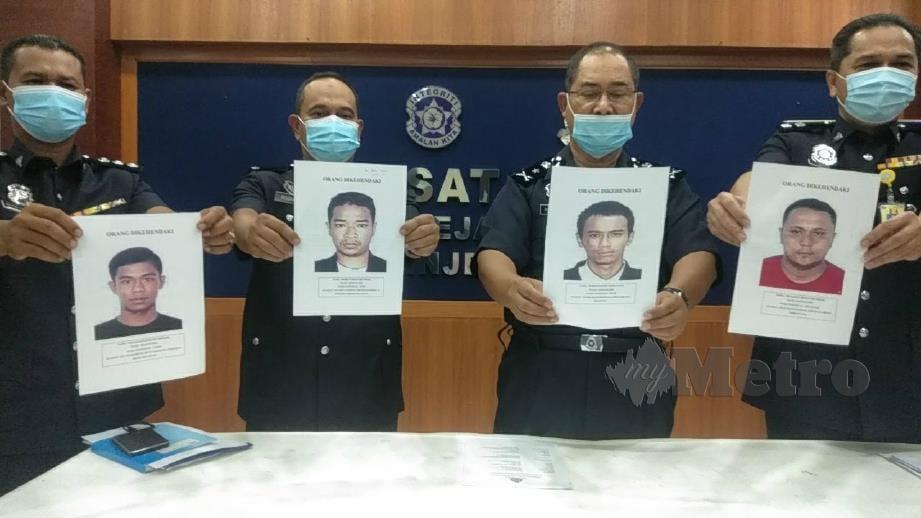 ABDULLAH (dua dari kanan) dan pegawainya menunjukkan empat suspek yang dikehendaki. FOTO Siti Rohana Idris.