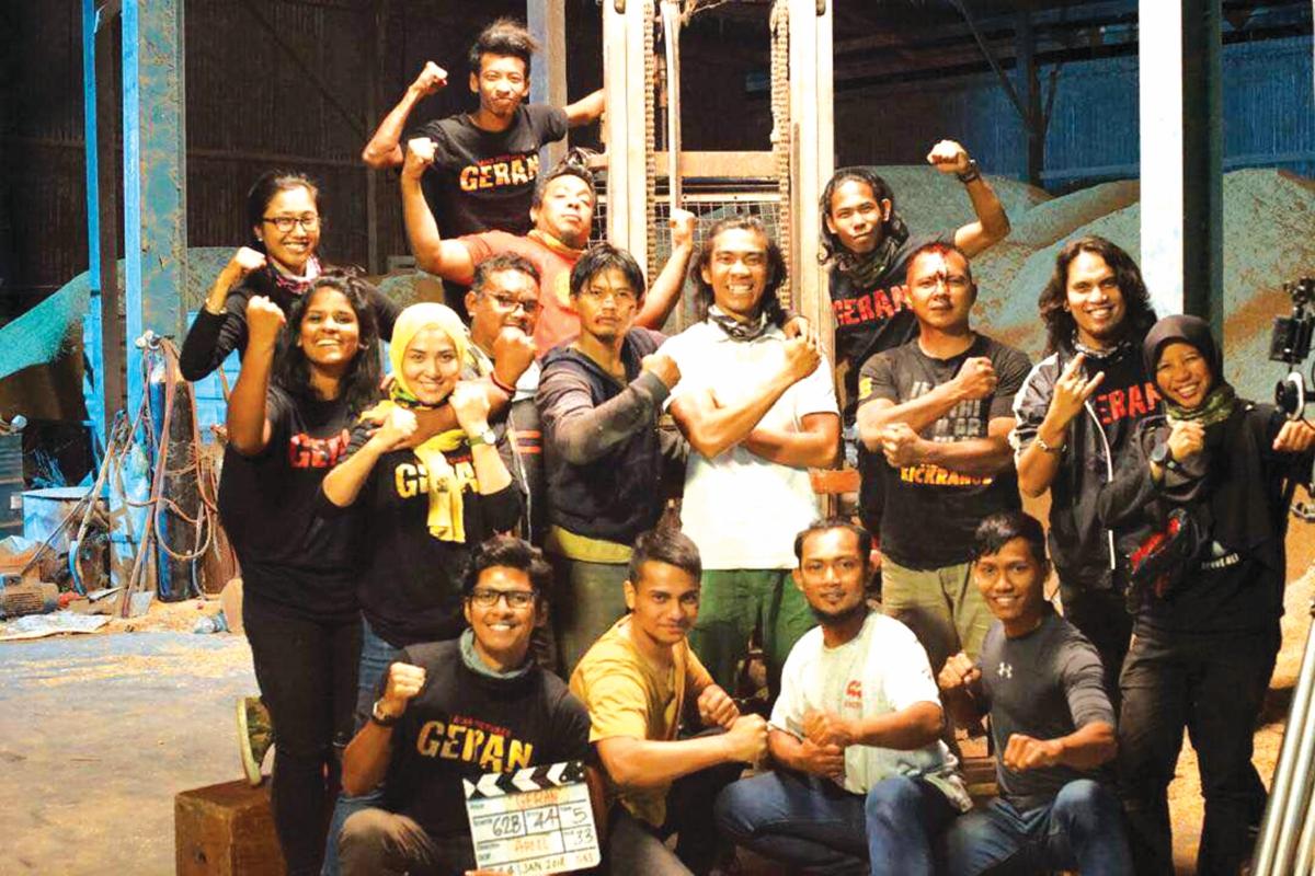 BARISAN pelakon dan pekerja produksi yang terbabit menyiapkan filem Geran.