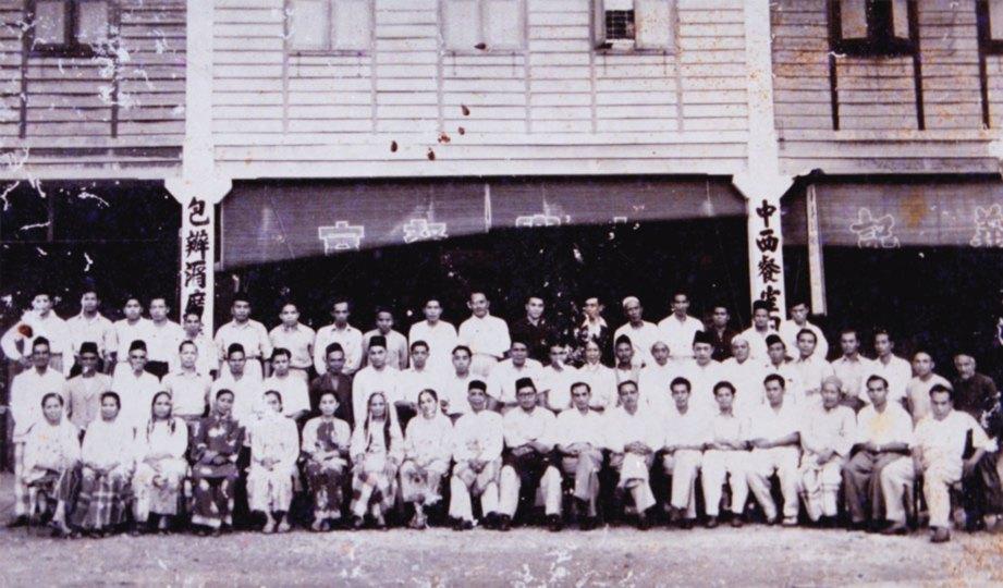 DULU. Pemimpin UMNO dan MAC bergambar selepas menang pilihanraya pada 1955.