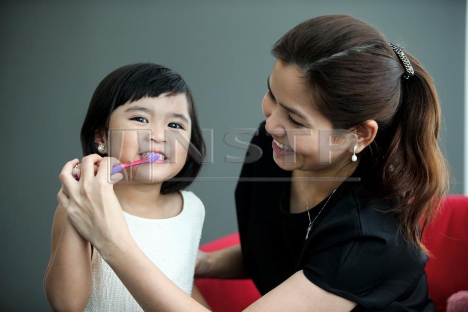 MEMBERUS gigi dengan betul dapat elak masalah gigi kanak-kanak.