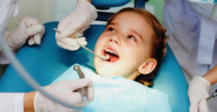 KANAK-KANAK perlu dibawa menjalani pemeriksaan gigi untuk penjagaan kesihatan berpanjangan.