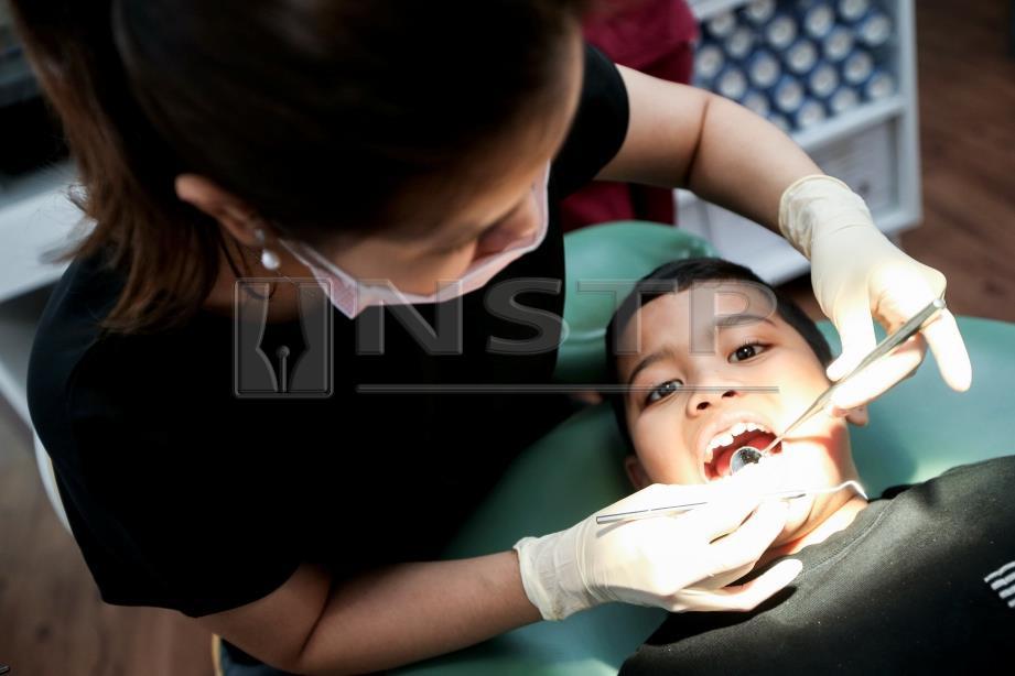 BIASAKAN anak kecil dengan rutin pemeriksaan gigi berkala. FOTO/MOHD KHAIRUL HELMY MOHD DIN