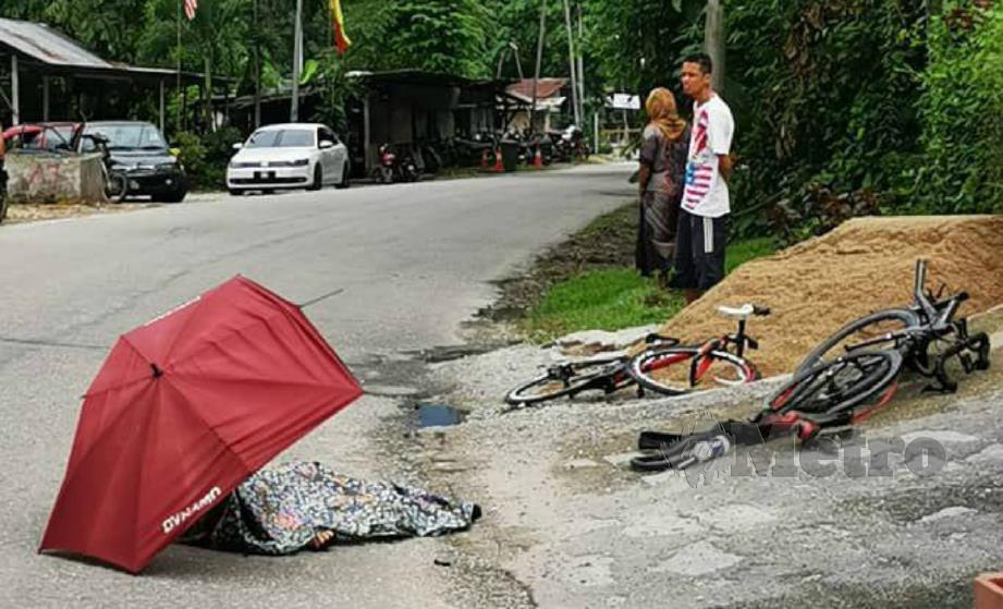 PENUNGGANG basikal yang dalam perjalanan pulang selepas beriadah maut digilis lori dalam kejadian di Batu 10, Jalan Gombak Lama, Gombak, hari ini. FOTO ihsan pembaca.