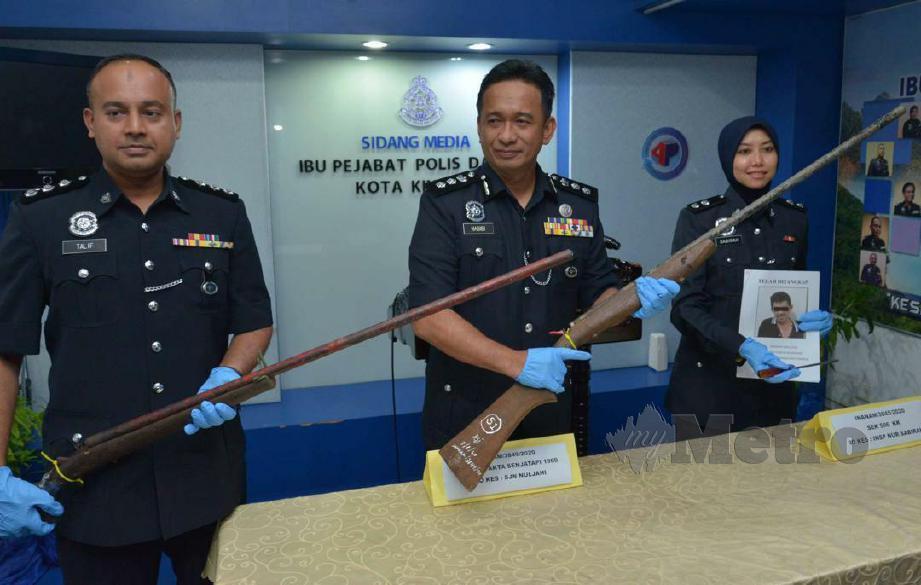 HABIBI (tengah) menunjukkan dua laras senjata api buatan sendiri jenis ginsuk yang dirampas. FOTO JUWAN RIDUAN