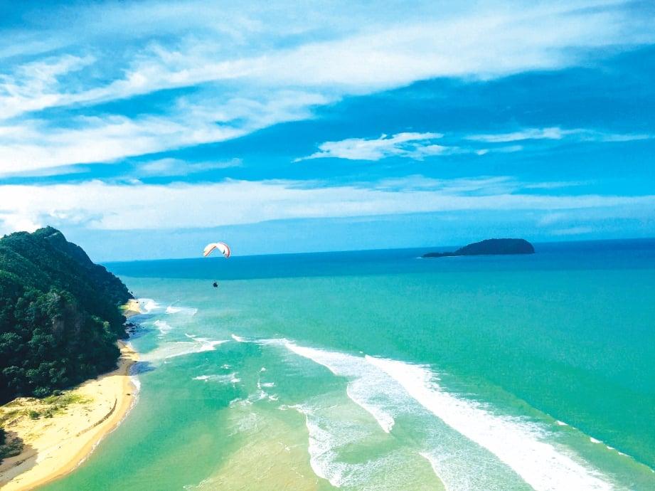 MENYUSURI pantai dari udara. FOTO Ihsan Asnawi Mohd Hassan
