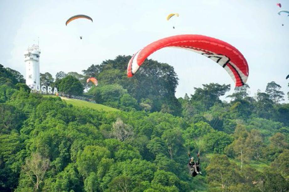 BUKIT Jugra lokasi popular sukan paragliding di Malaysia.