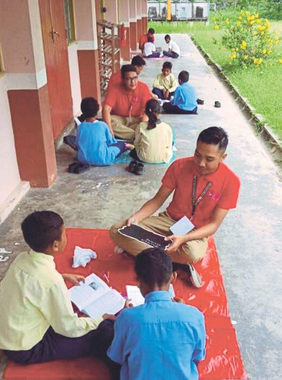 MAHASISWA tekun menjalankan aktiviti bersama murid Orang Asli.