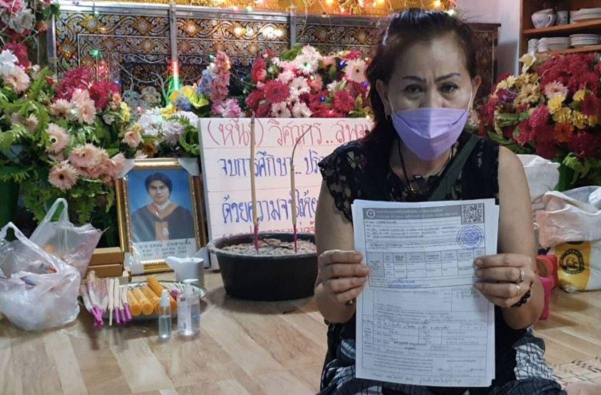 Nattha Nawo menunjukkan sijil vaksinasi anaknya. - FOTO Agensi