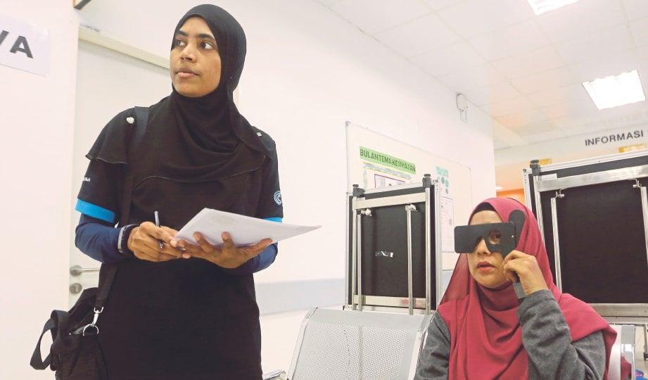 ORANG ramai mengambil kesempatan melakukan ujian saringan glaukoma secara percuma di Klinik Kesihatan Kuala Lumpur, Sabtu lalu.