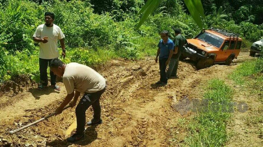 KENDERAAN pacuan empat roda yang membawa Ab Aziz Yusof terkandas akibat lumpur. FOTO RAMLI IBRAHIM