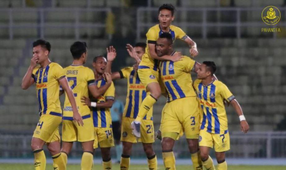 PEMAIN Pahang meraikan jaringan Goulon (dua kanan) pada separuh akhir Piala FA di Kuantan, malam tadi. — FOTO Pahang FA