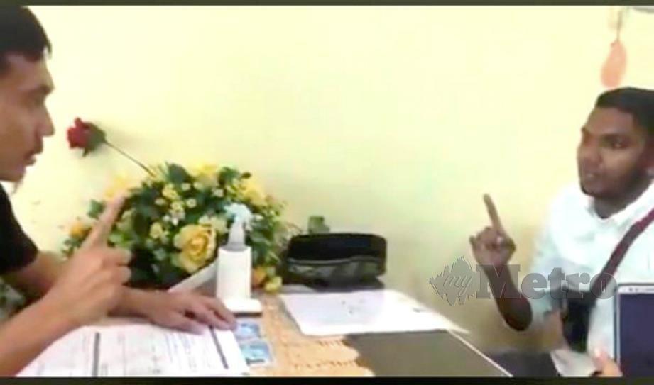 GOPI (kanan) mengucap dua kalimah syahadan di Pejabat MUIP di Kuantan, hari ini. FOTO ihsan pembaca.
