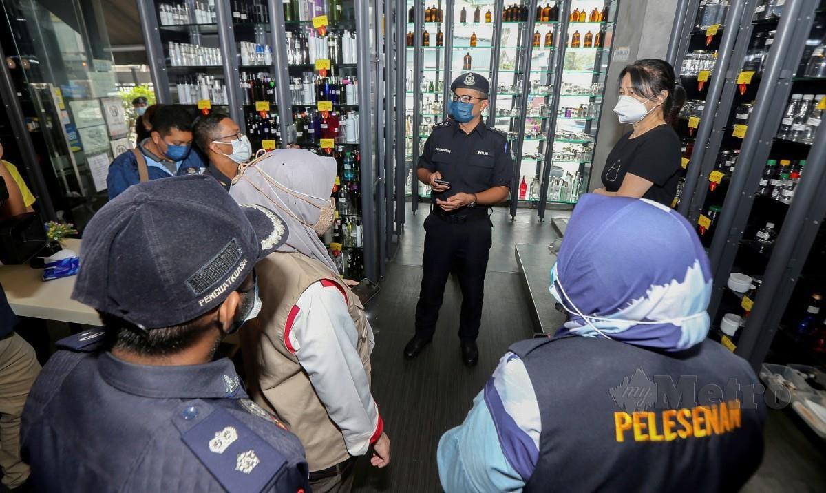 MOHAMAD Fakhrudin (tiga kanan) bersama anggota pelbagai agensi ketika memeriksa sebuah kilang dalam operasi pematuhan SOP bersepadu di Petaling Jaya, hari ini. FOTO Owee Ah Chun.