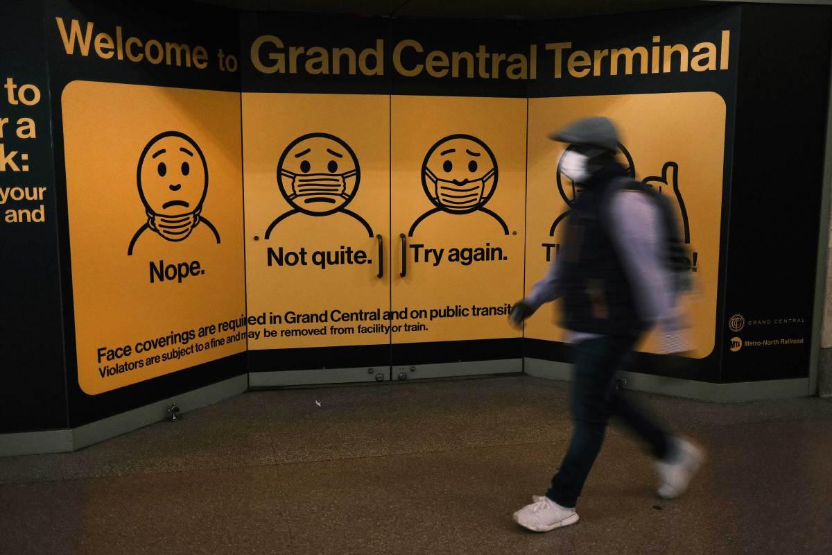 PAPAN iklan menunjukkan cara memakai pelitup muka di Terminal Grand Central, New York. FOTO AFP