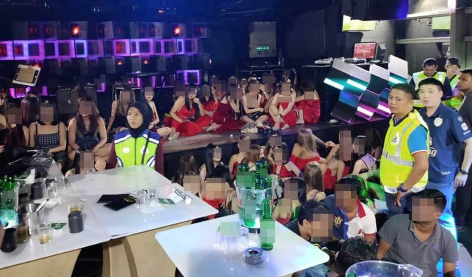 ANGGOTA polis melakukan serbuan di lima pusat hiburan di empat daerah dalam Selangor iaitu Petaling Jaya, Serdang, Subang Jaya dan Gombak, tengah malam tadi. FOTO Ihsan PDRM