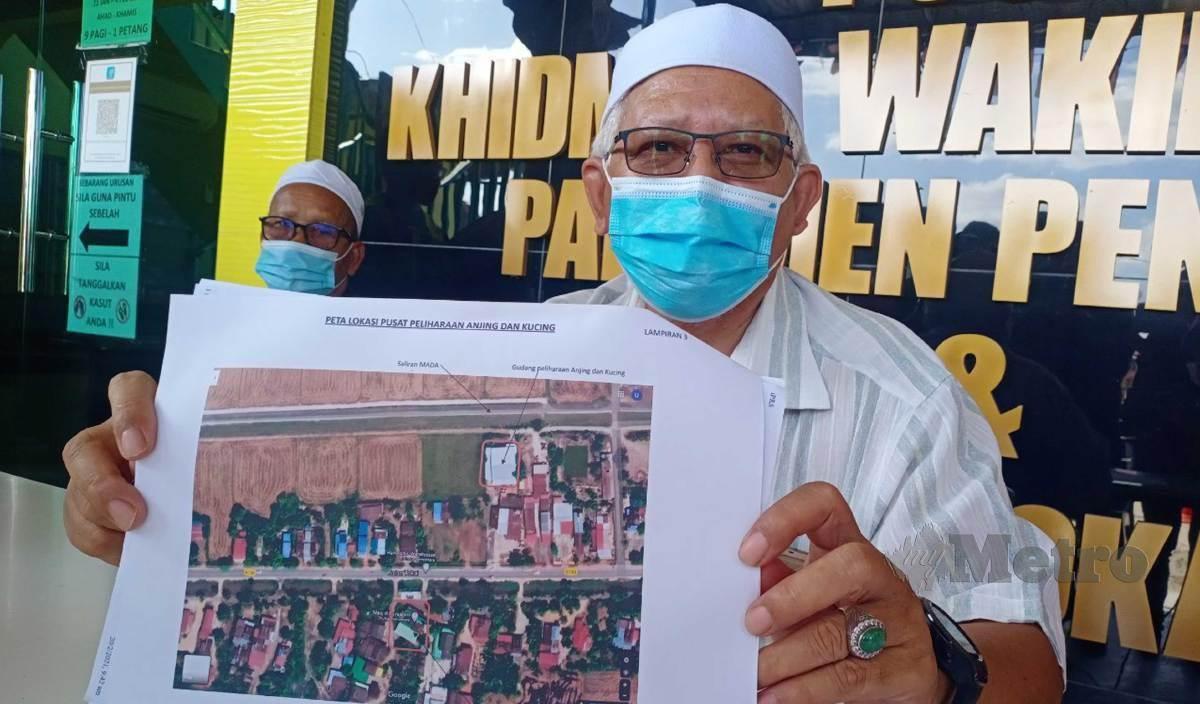 DR Mohd Hayati menunjukkan lokasi gudang pengurusan anjing dan kucing jalanan di Kampung Kubang Jelai yang disewa oleh Ustaz Ebit Lew berhampiran rumah penduduk, masjid dan sungai.FOTO Noorazura Abdul Rahman