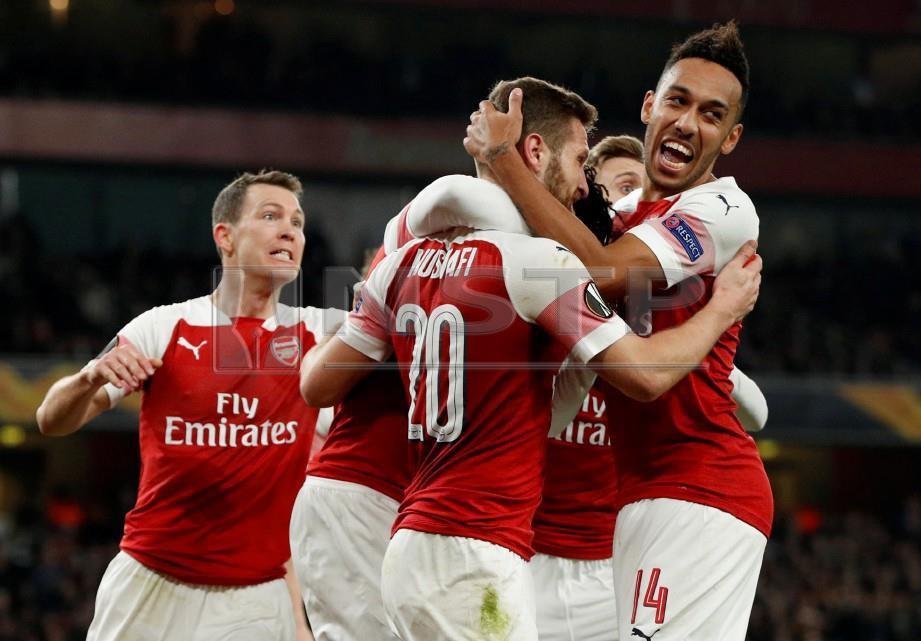 MUSTAFI (tengah) meraikan gol kedua bersama rakan sepasukan di Stadium Emirates, awal pagi tadi. - FOTO Reuters