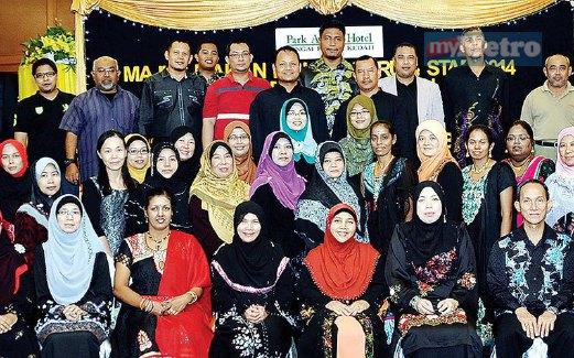 WARGA guru SMKBS bergambar kenangan bagi meraikan majlis persaraan Azizah.