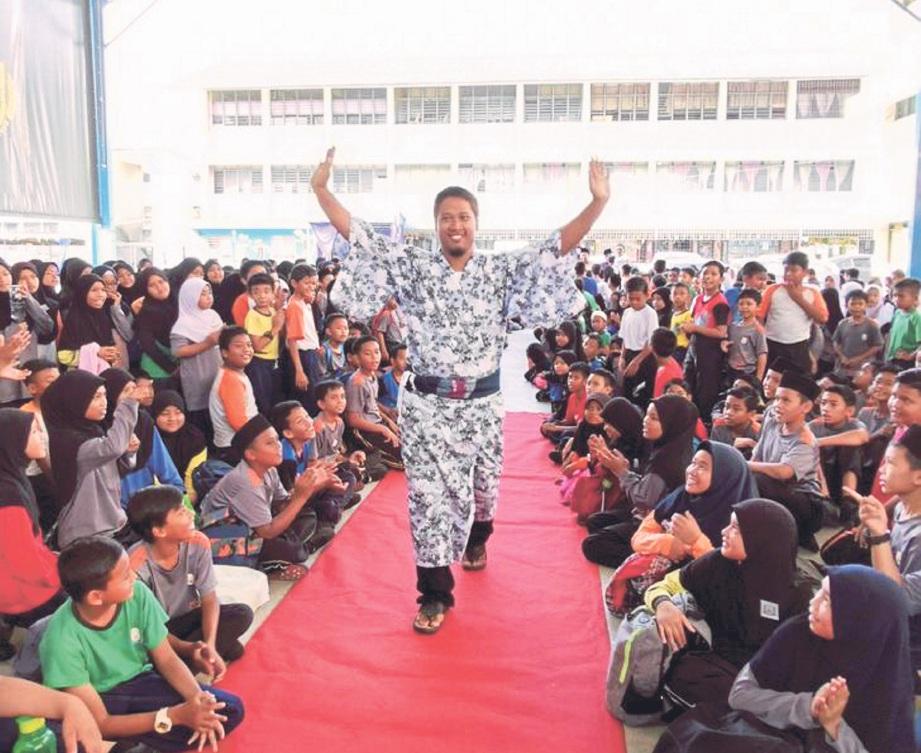 GURU 'sporting' dalam memperagakan tema pakaian masing-masing.